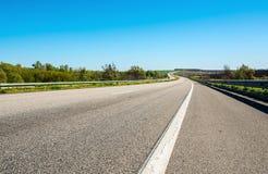 Εθνική οδός στην Ουκρανία και τοπίο με τους τομείς στοκ φωτογραφίες