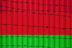 Εθνική σημαία της Λευκορωσίας στο φράκτη στοκ εικόνες