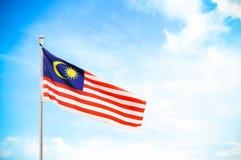 Εθνική σημαία της Μαλαισίας και του μπλε ουρανού Στοκ Εικόνα