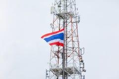 Εθνική σημαία της Ταϊλάνδης και του πύργου τηλεπικοινωνιών Στοκ φωτογραφία με δικαίωμα ελεύθερης χρήσης