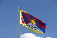 Εθνική σημαία του Θιβέτ σε ένα κοντάρι σημαίας Στοκ Φωτογραφίες