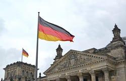 Εθνική σημαία των κυματισμών της Γερμανίας στα πλαίσια του κτηρίου Reichstag Βερολίνο Γερμανία Στοκ Εικόνες