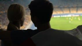 Εθνική σημαία φιλιών οπαδών ποδοσφαίρου και φίλη στις στάσεις, πραγματικός πατριώτης, χαρά απόθεμα βίντεο