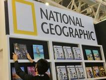 Εθνικοί γεωγραφικοί τουριστικοί οδηγοί ταξιδιού στην επίδειξη σε μια έκθεση βιβλίων στοκ εικόνα