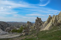 Εθνικοί ηφαιστειακοί βράχοι με τα αρχαία σπίτια σπηλιών σε Goreme/Cappadocia - Τουρκία στοκ φωτογραφία με δικαίωμα ελεύθερης χρήσης