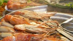 Εθνικός ασιατικός εξωτικός έτοιμος να φάει το δικαστήριο τροφίμων αγοράς οδών θαλασσινών τη νύχτα στην Ταϊλάνδη Εύγευστες ψημένες απόθεμα βίντεο