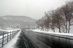 Εθνικός αυτοκινητόδρομος σε Shiretoko Hokkaido, Ιαπωνία Στοκ Φωτογραφίες