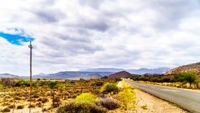 Εθνικός δρόμος N9 κοντά στα σύνορα μεταξύ των ανατολικών και δυτικών επαρχιών ακρωτηρίων στη μικρή περιοχή Karoo της δυτικής επαρ Στοκ Εικόνες