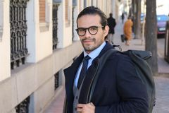 Εθνικός επιχειρηματίας που φαίνεται αιχμηρός υπαίθρια στοκ φωτογραφία με δικαίωμα ελεύθερης χρήσης