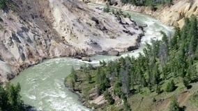 Εθνικός ποταμός πάρκων Yellowstone ενάντια ανασκόπησης μπλε σύννεφων πεδίων άσπρο σε wispy ουρανού φύσης χλόης πράσινο φιλμ μικρού μήκους
