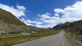 Εθνικός δρόμος No.318 στην Κίνα, ο τρόπος σε Lhasa, Θιβέτ, ο τρόπος στον ουρανό Στοκ φωτογραφία με δικαίωμα ελεύθερης χρήσης
