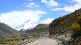 Εθνικός δρόμος No.318 στην Κίνα, ο τρόπος σε Lhasa, Θιβέτ, ο τρόπος στον ουρανό Στοκ φωτογραφίες με δικαίωμα ελεύθερης χρήσης