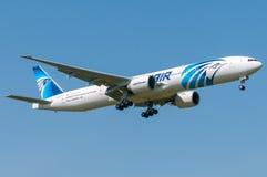 Εθνικό αεροπλάνο αερογραμμών Egyptair που πετά στο μπλε ουρανό Στοκ εικόνα με δικαίωμα ελεύθερης χρήσης