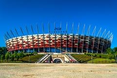 Εθνικό γήπεδο ποδοσφαίρου της Πολωνίας στη Βαρσοβία Ηλιόλουστη θερινή ημέρα με έναν μπλε ουρανό και πράσινα δέντρα Στοκ Εικόνα