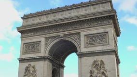 Εθνικό γαλλικό σύμβολο Arc de Triomphe στο κλίμα μπλε ουρανού, ζουμ έξω απόθεμα βίντεο