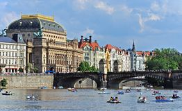 Εθνικό θέατρο με τα ιστορικά σπίτια στο Vltava riverbank τσεχική δημοκρατία της Ευρώπης Πράγα εμβλημάτων πορτών εκκλησιών του 200 Στοκ φωτογραφία με δικαίωμα ελεύθερης χρήσης