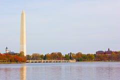 Εθνικό μνημείο με τα δέντρα γύρω από την παλιρροιακή λεκάνη στο φύλλωμα φθινοπώρου στοκ φωτογραφία με δικαίωμα ελεύθερης χρήσης