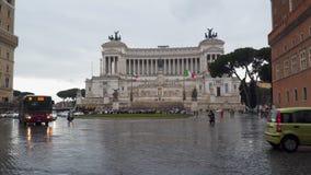 Εθνικό μνημείο σε Vittorio Emanuele ΙΙ στην πλατεία Venezia, πλατεία Venezia βροχερός καιρός απόθεμα βίντεο
