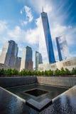 Εθνικό μνημείο στις 11 Σεπτεμβρίου και 1 World Trade Center μέσα Στοκ Εικόνες