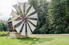 Εθνικό μουσείο Astra στο Sibiu - παλαιός ξύλινος ανεμόμυλος στον ήλιο στοκ φωτογραφίες