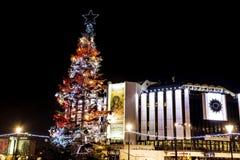 Εθνικό παλάτι του πολιτισμού, Sofia, Βουλγαρία τη νύχτα στενός κόκκινος χρόνος Χριστουγέννων ανασκόπησης επάνω Στοκ φωτογραφίες με δικαίωμα ελεύθερης χρήσης