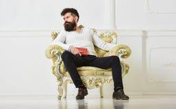 Ειδήμων της έννοιας λογοτεχνίας Ο φαλλοκράτης ξοδεύει τον ελεύθερο χρόνο με το βιβλίο Το άτομο με τη γενειάδα και mustache κάθετα στοκ εικόνες με δικαίωμα ελεύθερης χρήσης