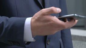Ειδήσεις ανάγνωσης επιχειρηματιών στο τηλέφωνο, app για τους πολυάσχολους ανθρώπους, ηλεκτρονικός διοργανωτής απόθεμα βίντεο