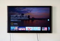 12 ειδήσεις που μεταδίδουν ραδιοφωνικά app και το λογότυπο στη TV LG Στοκ φωτογραφία με δικαίωμα ελεύθερης χρήσης