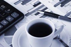 ειδήσεις φλυτζανιών επιχειρησιακού καφέ Στοκ φωτογραφίες με δικαίωμα ελεύθερης χρήσης