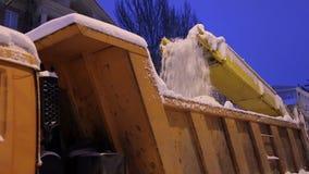 Ειδικευμένα τα κινηματογράφηση σε πρώτο πλάνο snowplows ξεφορτώνουν το χιόνι σε ένα φορτηγό Άροτρο χιονιού υπαίθρια απόθεμα βίντεο