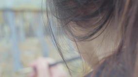 Ειδικευμένα χρώματα καλλιτεχνών στον καμβά στο κατώφλι Όμορφο ενθουσιώδες κορίτσι που συμμετέχεται στη δημιουργικότητα έμπνευση τ απόθεμα βίντεο