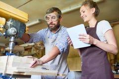 Ειδικευμένος ξυλουργός που εργάζεται με τη μηχανή διατρήσεων Στοκ Φωτογραφίες