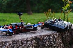 Ειδικοί ραδιο έλεγχος και αθλητισμός ένας μεγάλος χέρι-χτισμένος συνήθεια κηφήνας στοκ εικόνα