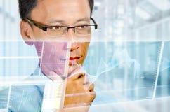 ειδικός γραφικός πραγματικός χρόνος διαγραμμάτων επιχειρηματιών Στοκ φωτογραφίες με δικαίωμα ελεύθερης χρήσης