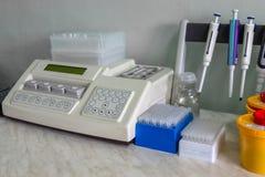 Ειδικός, ιατρικός εξοπλισμός, σωλήνες δοκιμής Στο εργαστήριο Η εργασία ενός γιατρού στοκ εικόνες