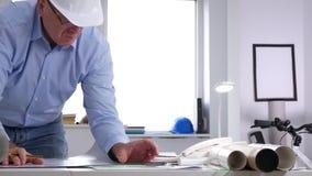 Ειδικός μηχανικών στην οικοδόμηση της αρχιτεκτονικής ένα ένα πρόγραμμα για τον πίνακα απόθεμα βίντεο