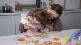 Ειδικό παιδί αναγκών που διακοσμεί το μελόψωμο με την τήξη φιλμ μικρού μήκους