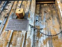 Ειδοποίηση και ταχυδρομική θυρίδα του ανάποδου σπιτιού στοκ φωτογραφίες με δικαίωμα ελεύθερης χρήσης