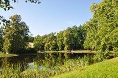 Ειδυλλιακά λίμνη και δέντρα στο πάρκο πύργων σε Cesky Krumlov Στοκ Εικόνες