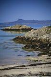 Ειδυλλιακά τυρκουάζ θάλασσα, παραλία και νησί Eigg Στοκ Εικόνα