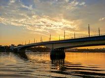 Ειδυλλιακή άποψη της γέφυρας πέρα από τον ποταμό του Ρήνου ενάντια στο ηλιοβασίλεμα στην πόλη της Βόννης, Germnay στοκ φωτογραφία