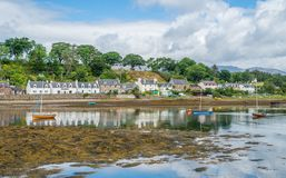 Ειδυλλιακή άποψη Plockton, χωριό στο Χάιλαντς της Σκωτίας στο νομό του Ross και Cromarty Στοκ Φωτογραφία