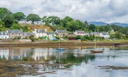 Ειδυλλιακή άποψη Plockton, χωριό στο Χάιλαντς της Σκωτίας στο νομό του Ross και Cromarty Στοκ εικόνα με δικαίωμα ελεύθερης χρήσης