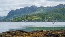 Ειδυλλιακή άποψη Plockton, χωριό στο Χάιλαντς της Σκωτίας στο νομό του Ross και Cromarty Στοκ Εικόνες