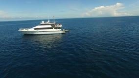 Ειδυλλιακός κηφήνας που πυροβολείται ενός άσπρου σκάφους απόθεμα βίντεο