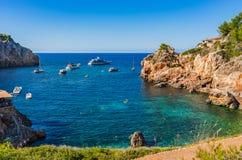 Ειδυλλιακός κόλπος με τις βάρκες γιοτ στο νησί Majorca, Ισπανία στοκ εικόνες με δικαίωμα ελεύθερης χρήσης