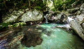 Ειδυλλιακός ποταμός βουνών στην κοιλάδα Lepena, Soca - Bovec Σλοβενία Στοκ εικόνες με δικαίωμα ελεύθερης χρήσης