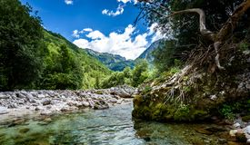 Ειδυλλιακός ποταμός βουνών στην κοιλάδα Lepena, Soca - Bovec Σλοβενία Στοκ φωτογραφία με δικαίωμα ελεύθερης χρήσης