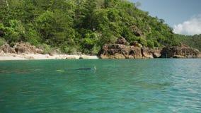 Ειδυλλιακός πυροβολισμός ενός νησιού και μιας κολύμβησης με αναπνευστήρα ατόμων φιλμ μικρού μήκους