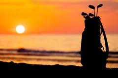 Ειδυλλιακός πυροβολισμός του ηλιοβασιλέματος και των γκολφ κλαμπ στοκ εικόνες